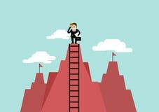 O homem de negócios obtém uma vista melhor em uma escada Fotos de Stock