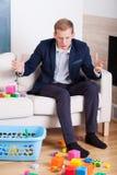 O homem de negócios obtém a virada na confusão na casa Foto de Stock Royalty Free