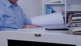 O homem de negócios ocupado Browse Accounting Register pagina a pesquisa da informação vídeos de arquivo