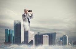 O homem de negócios olha distante para o negócio novo Conceito de oportunidades novas fotografia de stock royalty free