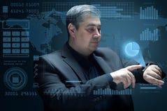 O homem de negócios olha a projeção virtual do diagrama Fotografia de Stock Royalty Free