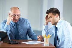 O homem de negócios overworked cansado dois começ algum descanso Fotografia de Stock Royalty Free