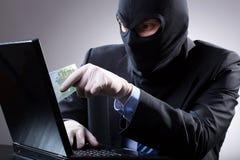 O homem de negócios perigoso usa um portátil foto de stock royalty free