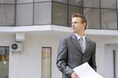 O homem de negócios prende contratos Imagens de Stock