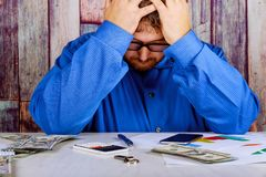 O homem de negócios preocupado de trabalho era do dinheiro de contagem fotos de stock royalty free