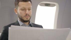 O homem de negócios principal farpado novo do diretor do banqueiro está analisando o projeto novo durante a viagem de negócios video estoque