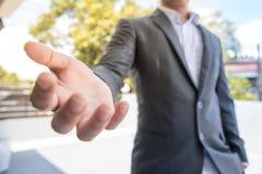 O homem de negócios pronto dá a esperança dá o dinheiro dá o futuro dá o ple do trabalho Imagens de Stock