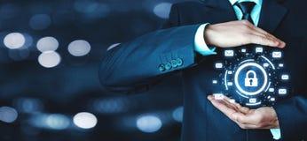 O homem de negócios protege o cadeado com sinais do email Engodo da segurança do email Foto de Stock