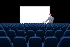 O homem de negócios que apresenta na placa vazia na frente de 3d esvazia cadeiras Fotos de Stock