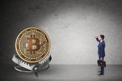 O homem de negócios que cai na armadilha do cryptocurrency do bitcoin fotos de stock
