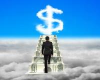O homem de negócios que escala as escadas do dinheiro com sinal de dólar dá forma a clo Foto de Stock