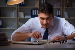 O homem de negócios que fica tarde no escritório para drogas Fotos de Stock Royalty Free