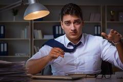 O homem de negócios que fica tarde no escritório para drogas Foto de Stock Royalty Free