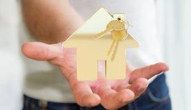 O homem de negócios que guarda chave com o keyring da casa em sua mão 3D rende Imagens de Stock Royalty Free