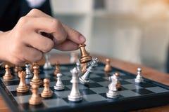 O homem de negócios que joga o jogo de xadrez bateu o oponente com conceito da estratégia foto de stock