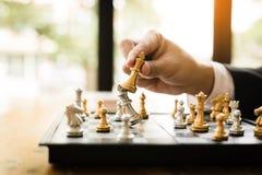 O homem de negócios que joga o jogo de xadrez bateu o oponente com conceito da estratégia fotos de stock