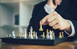 O homem de negócios que joga o jogo de xadrez bateu o oponente com conceito da estratégia fotos de stock royalty free