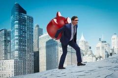 O homem de negócios que leva o piggybank com economias Fotografia de Stock