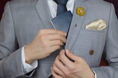 O homem de negócios que mostra o passaporte, viaja a bordo, viagem de negócios Imagem de Stock