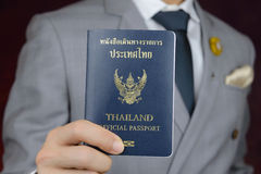 O homem de negócios que mostra o passaporte, viaja a bordo, viagem de negócios Imagens de Stock Royalty Free