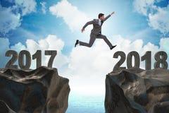 O homem de negócios que olha para a frente a 2018 desde 2017 Fotografia de Stock