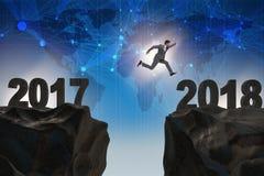 O homem de negócios que olha para a frente a 2018 desde 2017 Imagens de Stock Royalty Free