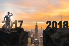 O homem de negócios que olha para a frente a 2018 desde 2017 Fotos de Stock