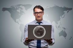 O homem de negócios que pressiona botões virtuais no conceito do negócio global Foto de Stock Royalty Free
