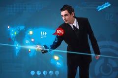 O homem de negócios que pressiona media sociais abotoa-se no mapa digital Imagem de Stock