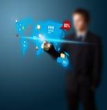 O homem de negócios que pressiona media sociais abotoa-se no mapa digital Foto de Stock