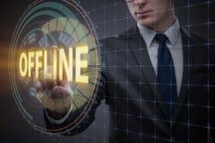 O homem de negócios que pressiona o botão virtual off line foto de stock royalty free