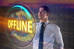 O homem de negócios que pressiona o botão virtual off line imagens de stock