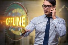 O homem de negócios que pressiona o botão virtual off line imagem de stock royalty free