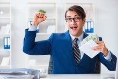 O homem de negócios que recebe seus salário e bônus fotos de stock