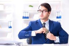 O homem de negócios que recebe seus salário e bônus imagens de stock royalty free
