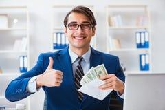O homem de negócios que recebe seus salário e bônus imagem de stock royalty free
