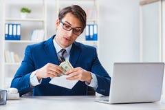 O homem de negócios que recebe seus salário e bônus fotografia de stock royalty free