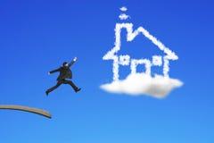 O homem de negócios que salta da placa de madeira para abrigar a nuvem da forma Imagens de Stock