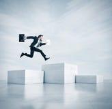 O homem de negócios que salta em um cubo o mais alto 3d Fotografia de Stock