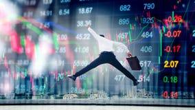 O homem de negócios que salta na troca financeira digital do mercado de valores de ação me foto de stock