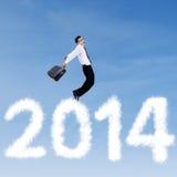 O homem de negócios que salta sobre nuvens de 2014 Imagens de Stock Royalty Free