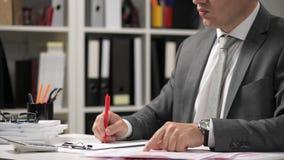 O homem de negócios que trabalha e que calcula, lê e escreve relatórios Empregado de escritório, close up da tabela Conce da cont vídeos de arquivo