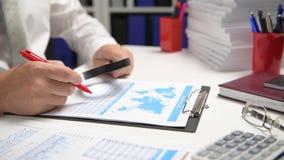 O homem de negócios que trabalha e que calcula, lê e escreve relatórios Empregado de escritório, close up da tabela Contabilidade filme