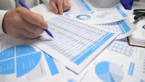 O homem de negócios que trabalha e que calcula, lê e escreve relatórios Empregado de escritório, close up da tabela Contabilidade video estoque