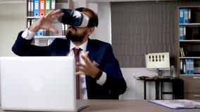 O homem de negócios que trabalha e que explora a realidade virtual começa dentro acima o escritório da empresa filme