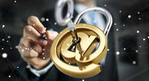 O homem de negócios que usa 3D rendeu o cadeado digital para fixar seu inte Fotos de Stock