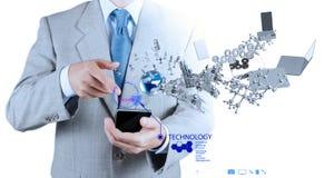 O homem de negócios que usa o telemóvel mostra o Internet e  Imagem de Stock