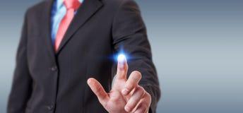 O homem de negócios que usa telas digitais com dados 3D dos holograma rende Imagem de Stock Royalty Free