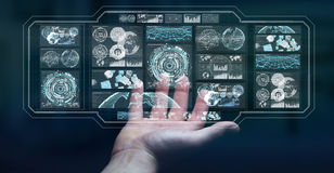 O homem de negócios que usa telas digitais com dados 3D dos holograma rende Imagens de Stock Royalty Free