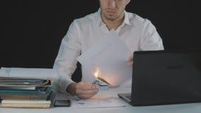 O homem de negócios queima o original de papel do contrato Destruição das seguranças Interrupção de um acordo filme